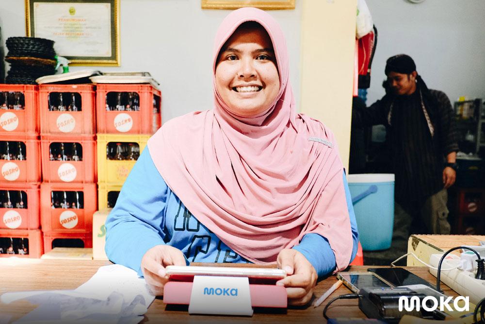 Seorang pemilik restoran Ayam Goreng Mbah Cemplung yang merupakan kuliner legendaris di Jogja merasa senang karena penggunaan aplikasi POS restoran Moka