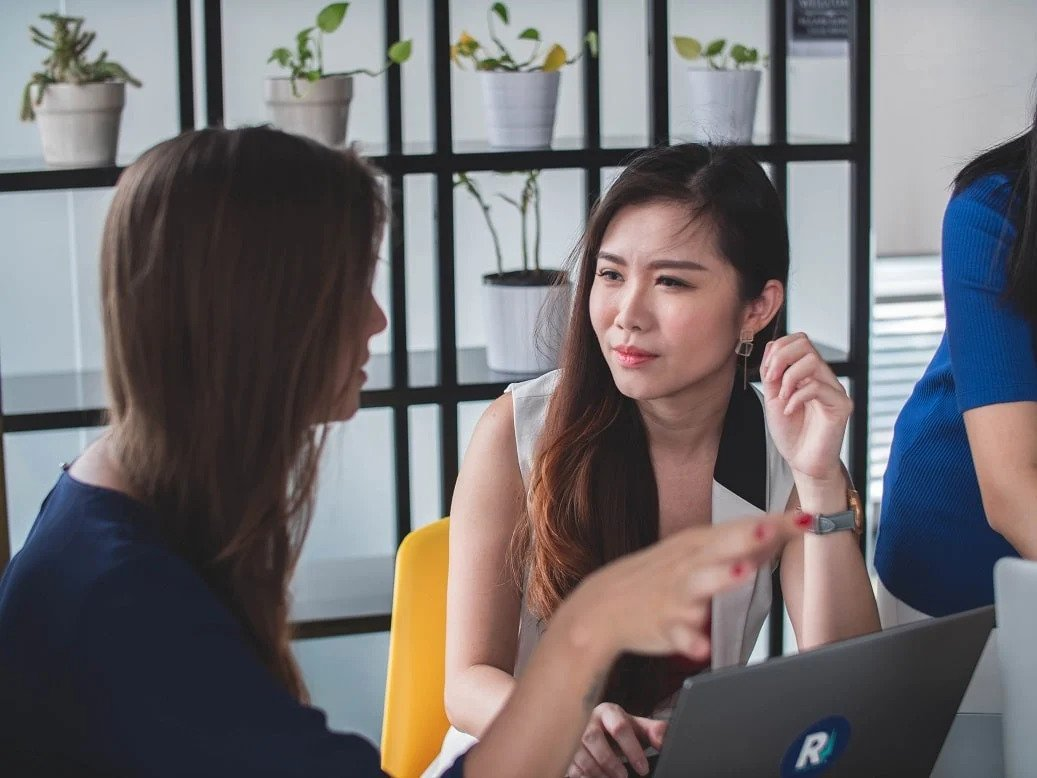 A discussion between two women about their experiences of being Moka's business partner at a cafe in Jakarta during lunch