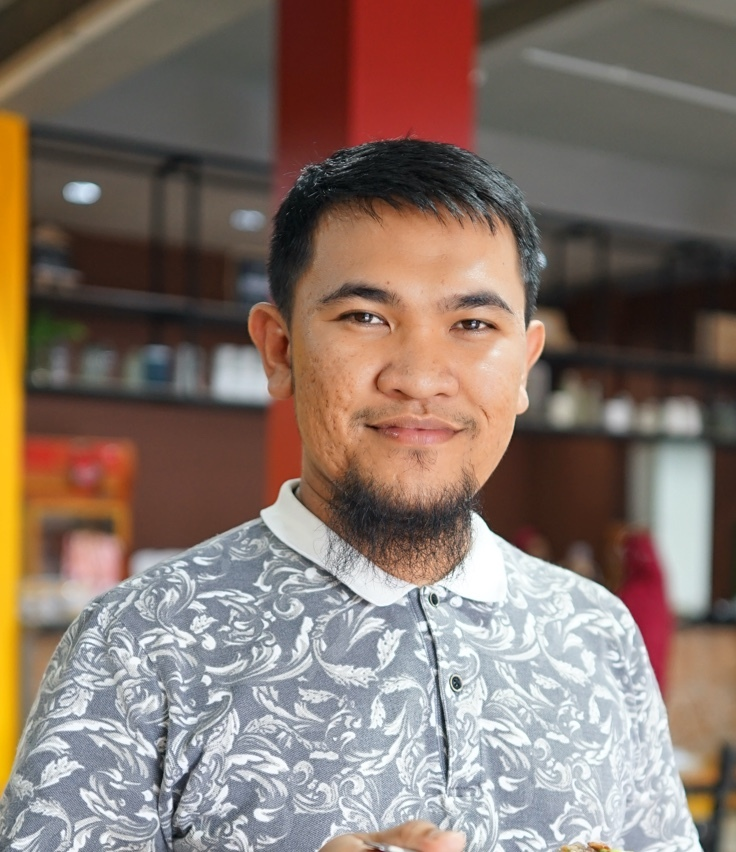 Ashari, the owner of Warung Bakso Mas Cingkrank, who uses a customer loyalty program, is able to maintain the number of sales of his business