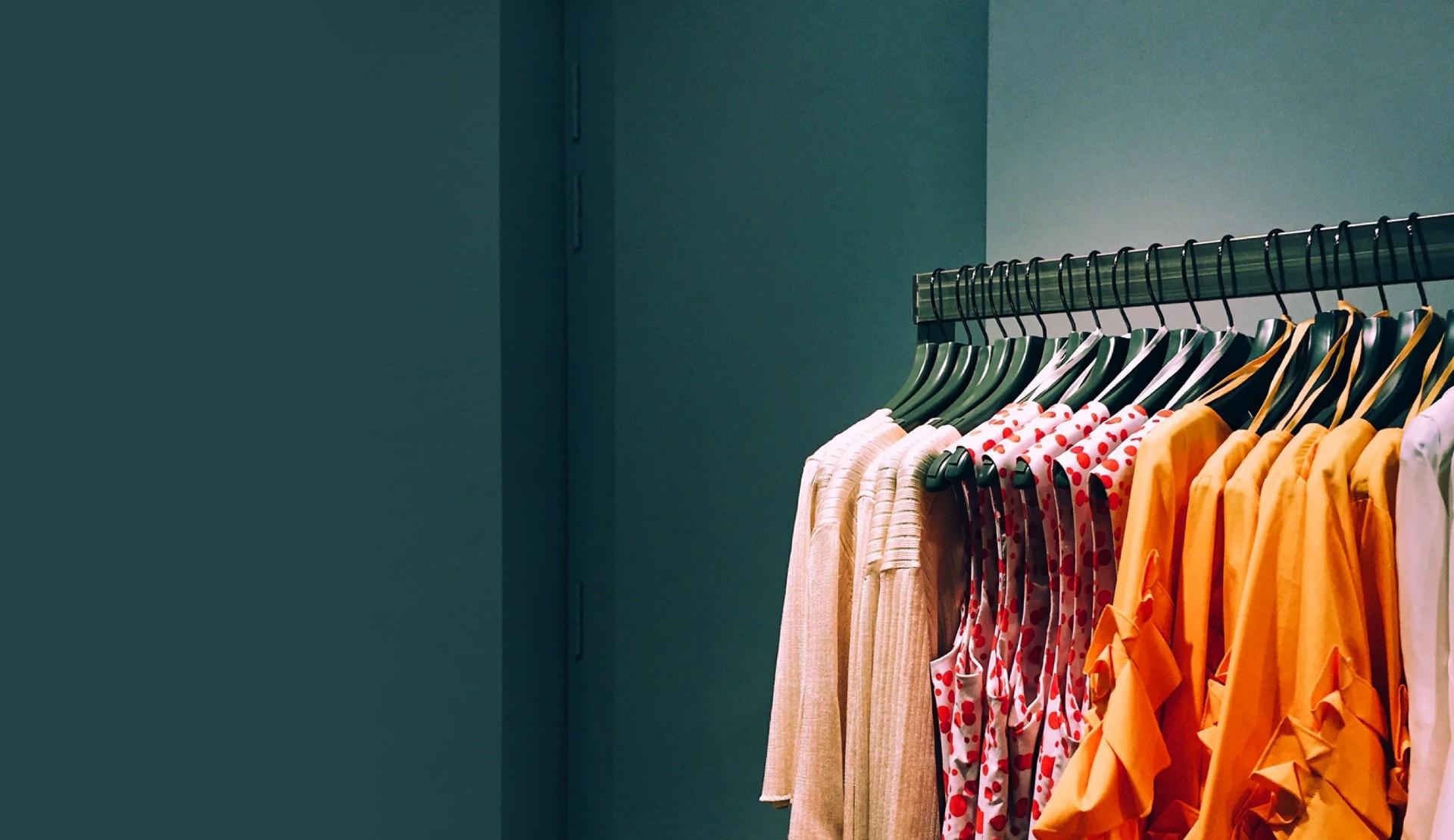 Bisnis pakaian wanita dan pria dengan tema warna cerah dan ceria yang sedang pameran koleksi terbaru dari edisi musim gugur