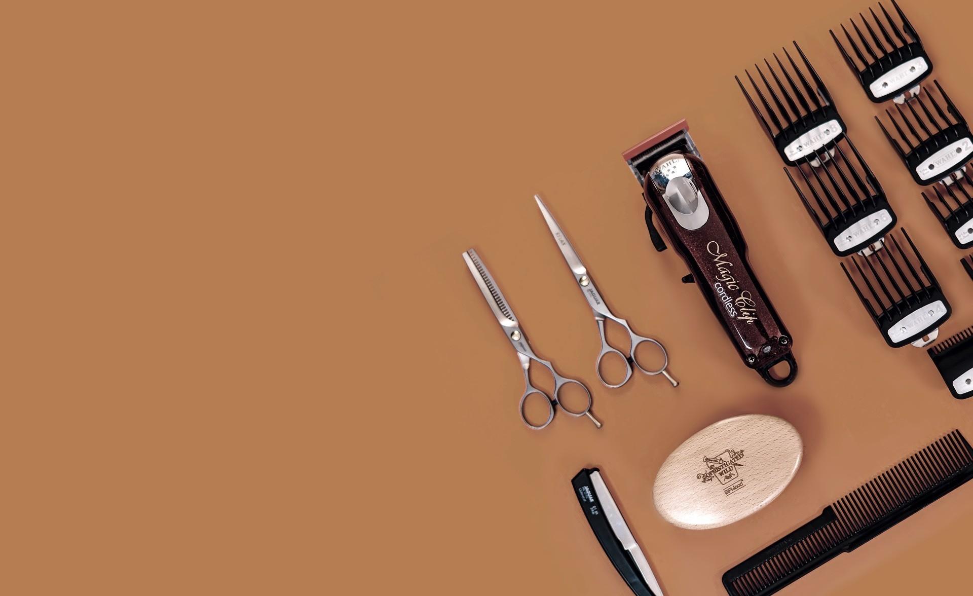 Alat-alat (gunting, sisir, pisau cukur) yang digunakan toko cukur pria di Jakarta dalam kesehariannya